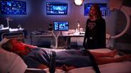 Overgirl rozmawia z Supergirl przed operacją (3)