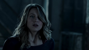 Supergirl fight with Flash because Dominators control her mind (6)