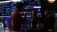Curtis, Rene i Dinah opijają powstanie nowej drużyny we własnej kryjówce (2)