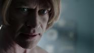 Damien Darhk przygotowuje się do zabicia doktora Vogyla (2)