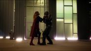 Supergirl enfrentando o Carcereiro