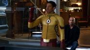 Wally pokazuje drużynie skradziony Damienowi totem ognia