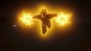 Flash i The Ray niszczą Red Tornado (5)
