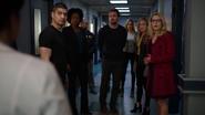 FBI aresztuje Queena, kiedy doktor informuje o śmierci Quentina
