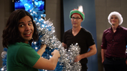Harry, Cisco i Ralph ubierają choinkę w S.T.A.R. Labs