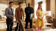 Kara, James, Barry e Winn conversando com Cat