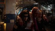 Dinah i Laurel pomagają rannemu Quentinowi opuścić budynek