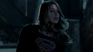 Supergirl fight with Flash because Dominators control her mind (5)