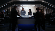 Imra i Mon-El opowiadają przyjaciołom w D.E.O. o przyszłości (1)