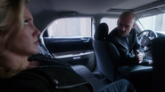 Quentin ratuje Laurel (E2) przed aresztowaniem (2)