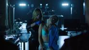 Sara Lance resusce Felicity Smoak in ArrowCave