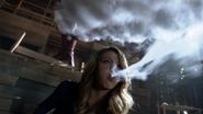 Supergirl e Flash trabalhando juntos