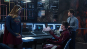 Supergirl and Flash team up (5)