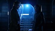 John Constantine włamuje się na Waveridera, aby porozmawiać z Sarą (4)