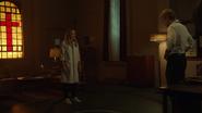 Sara wykorzystuje połączenie z Mallusem, aby cofnąć się w czasie