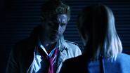 John Constantine włamuje się na Waveridera, aby porozmawiać z Sarą (5)