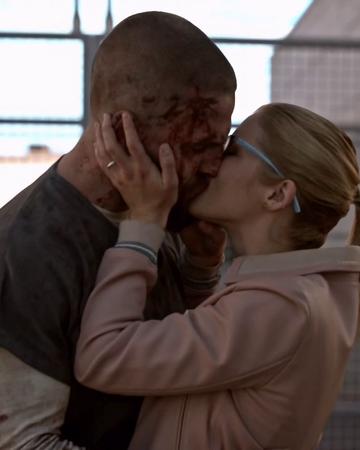 Oliver bacia Felicity dopo essere stato rilasciato.png