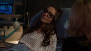 Alena budzi się obok Felicity w szpitalu