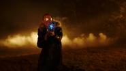 Citizen Cold ratuje chłopaka i bohaterów Ziemi-1 przed rozstrzelaniem (4)