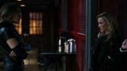 Dinah cieszy się schytaniem Laurel (2)