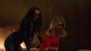 Alena i Felicity staraja się dowiedzieć, co planuje Cayden James
