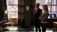 Laurel i Quentin oglądają rozprawę sądową Queena w telewizji