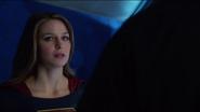 Kara dizendo para J'onn que não confia mais nele