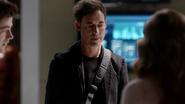Harrison Wells (Earth-2) met Team Flash (Earth-1) (2)