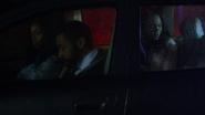 Jefferson Pierce w deszcz zostaje zatrzymany niesłusznie przez policję (1)