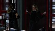 Dinah cieszy się schytaniem Laurel (3)