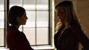 Laurel Lance mówi Theii o jej sobowtórze na Ziemi-2