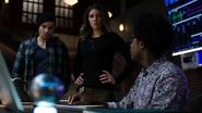 Dinah, Curtis i Rene dostają wiadomość od Vigilante