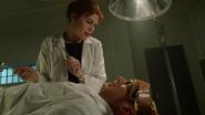 Leo Snart zostaje porawany przez lekarzy (2)