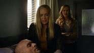Sara i Laurel opłakują Quentina