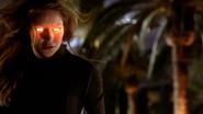 Kara prestes a usar sua visão de calor em Alex