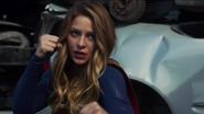 Supergirl enfrentando Reactron
