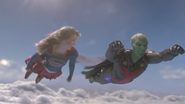 Supergirl e J'onn voando juntos