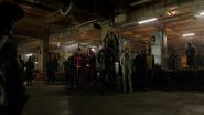 Eobard przygotowuje bohaterów do transportu na Ziemię-X