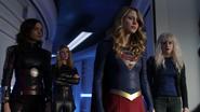 Supergirl, Saturn Girl, Livewire i Psi przesłuchują Tormock