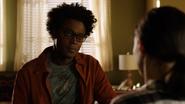 Curtis mówi Zoe o ranach, jakie odniósł Rene