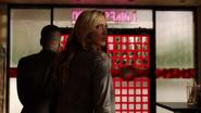 Laurel z Diazem nakazują Quentinowi podpisać dokumenty własnościowe (3)