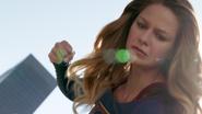 Supergirl hesitando em socar Astra