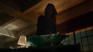Kara vendo uma planta em seu apartamento