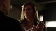 Diaz wręcza Laurel ostatnią próbkę vertigo