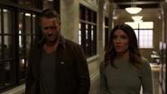 Vincent po kryjomu dostarcza Dinah przestępce pod komisariat (2)
