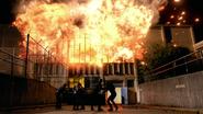 Drużyny mścicieli uciekają z kryjówki Outsiderów przed wybuchem