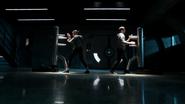 Imra i Mon-El ćwiczą w sali treningowej (1)