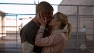 Oliver and Felicity kiss after the former is released from prison