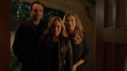 Sara Lance and her family in Queens Home (1)