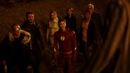 Citizen Cold ratuje chłopaka i bohaterów Ziemi-1 przed rozstrzelaniem (11)